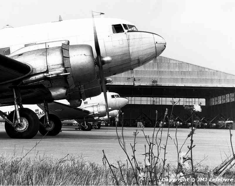 1980, à Garons, alizé au hangar derrière une rangée de C47 de la 56S