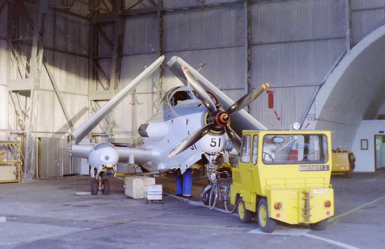 11/1986, flottille 4F, alizé 51 en dépose réservoir supplémentaire