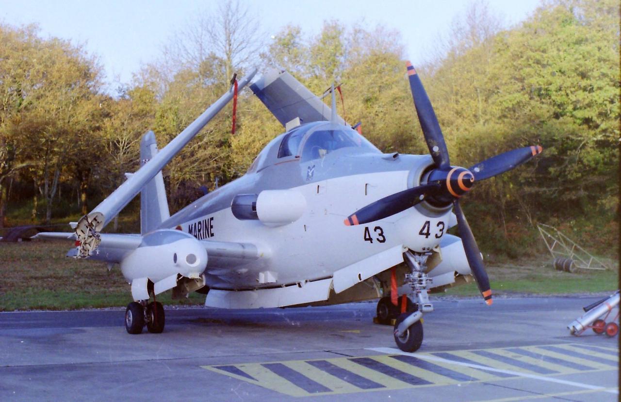 11/1986, flottille 4F, alizé 43 au parking hangar piste ...