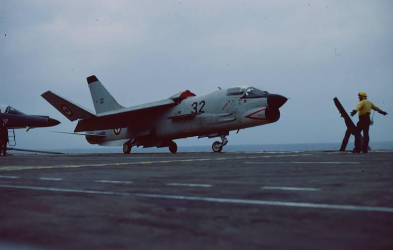 crusader 32, flottille 12F, dépliage des plans en attente catapultage ...