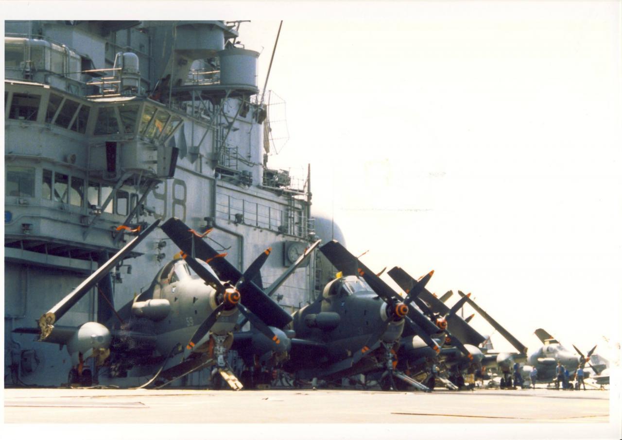 les années 90, flottille 4F, p.a Clemenceau, alignement au pied de l'îlot ...