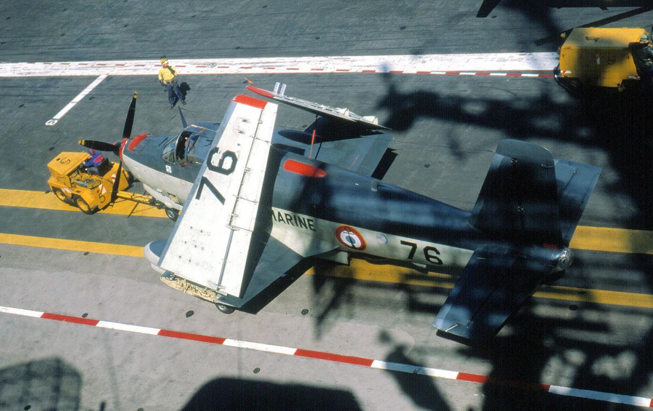 1981, p.a Clemenceau, flottille 6F, alizé 76 au tractage ...