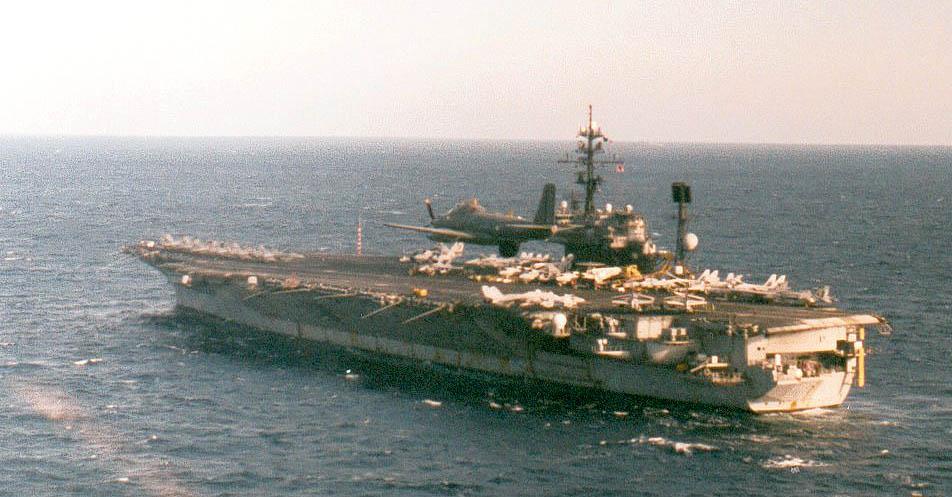 1996, alizé 6F en patrouille, survol USS AMERICA ...