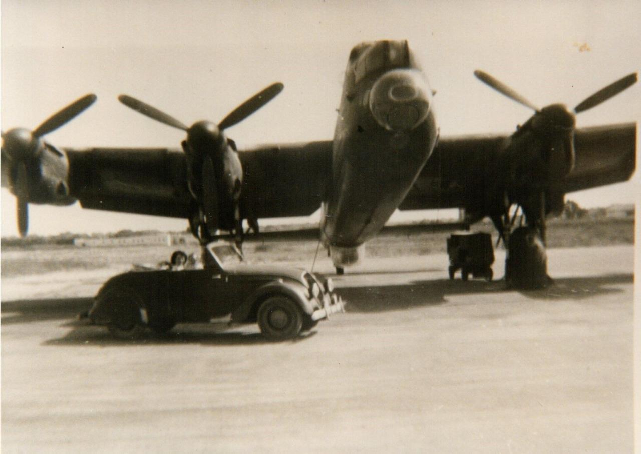 """L'auteur et sa """"maman"""" en décapotable, Agadir 1956, Avro-Lancaster de la 55S ..."""