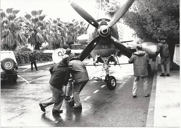 1994, Hyéres, débarquement du 48 de la barge de transport ...