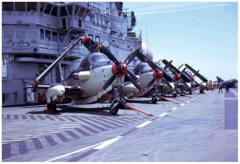 1971, p.a Foch, flottille 6F, alignement au pied de l'îlot ...