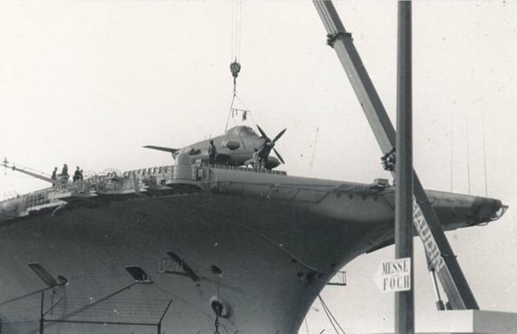 1994, p.a Clemenceau à quai, débarquement alizé 48 par la grue ...
