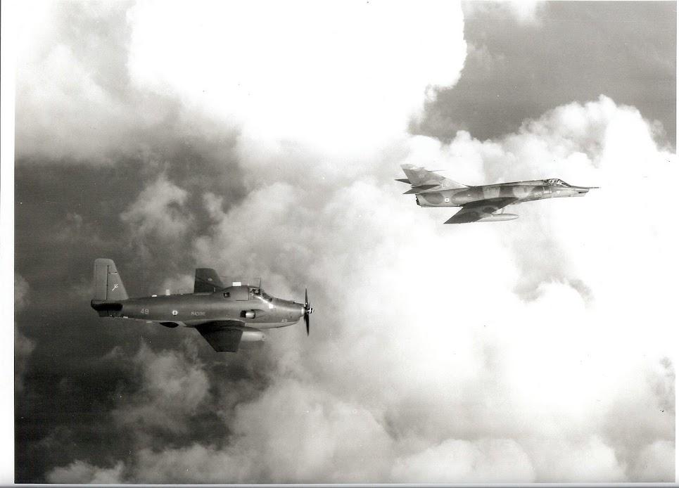 """1999, p.a Foch, mission """"Trident"""", en formation l'Alizé et l'Etendard"""